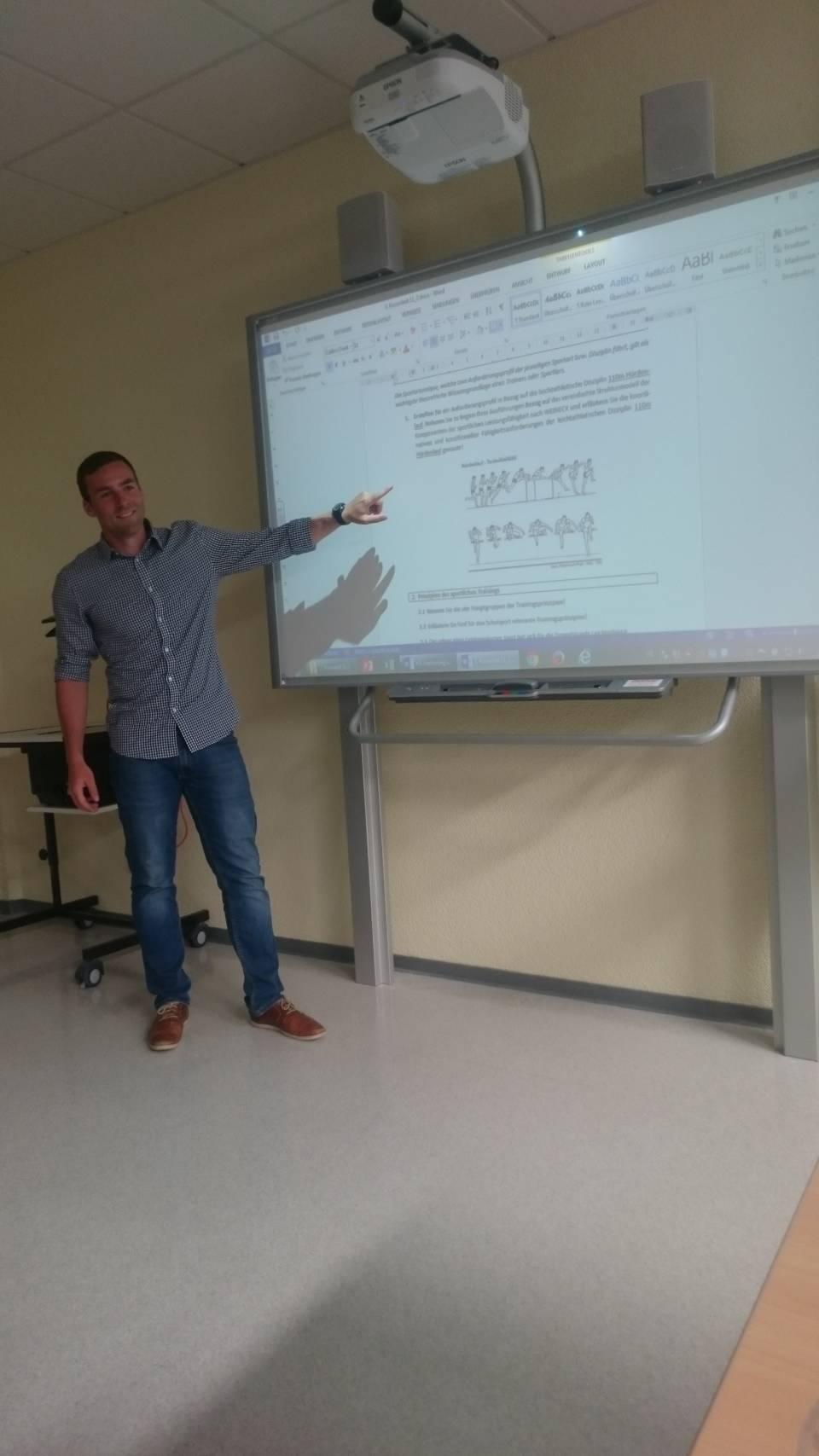 Sport-Leistungskurs findet nicht nur auf dem Sportplatz,  sondern auch am Whiteboard statt: Kurslehrer Frederic Uder beim Erklären wichtiger Bewegungsabläufe.