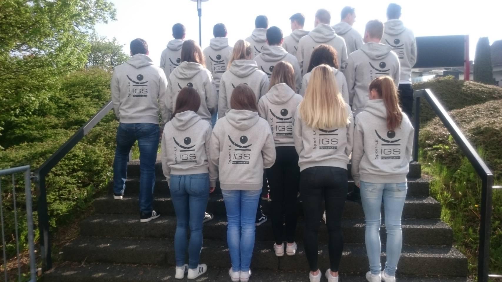 Die Schülerinnen und Schüler des Sport-LK in ihren neuen Trainingsshirts…